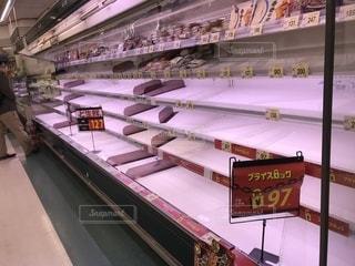 雪でスーパーのお肉コーナーが空っぽの写真・画像素材[1122940]