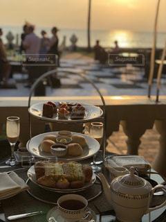 テーブルの上のコーヒー カップの写真・画像素材[1115793]