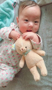 仲良しのテディベアと赤ちゃんの写真・画像素材[1115912]
