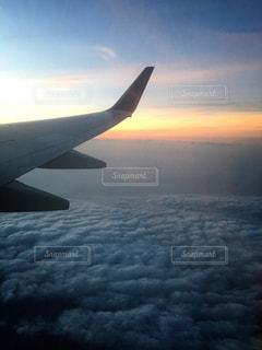 空を飛んでいる飛行機の写真・画像素材[1117161]