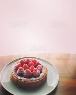皿の上のいちごケーキ - No.1116616