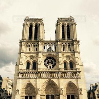 バック グラウンドでノートルダム ・ ド ・ パリの古い教会の写真・画像素材[1121632]