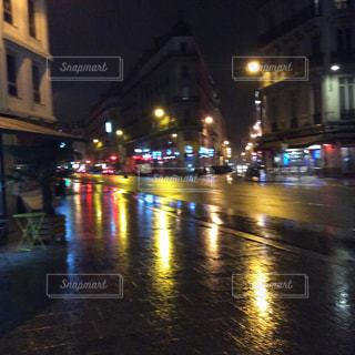 雨の夜の電車の写真・画像素材[1121716]