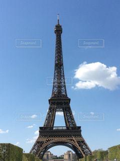 エッフェル塔の側に時計と大きな背の高い塔の写真・画像素材[1138914]