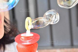 ガラスから飲む女性の写真・画像素材[1117773]