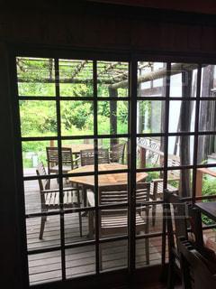 大きな窓付きの部屋の写真・画像素材[1117574]