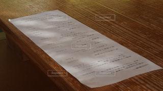 木製のテーブルに紙の写真・画像素材[1204168]
