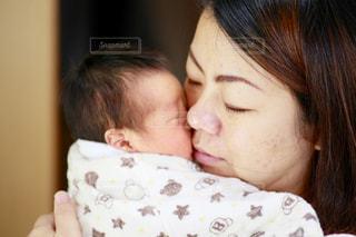 近くに赤ちゃんを保持している人のの写真・画像素材[1211362]