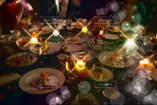 ワイングラスとテーブルに座っている人のグループ - No.1237632