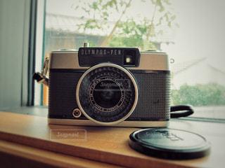 テーブルの上の黒いカメラの写真・画像素材[1237752]