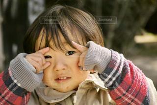 赤ん坊を持っている人の写真・画像素材[1237755]