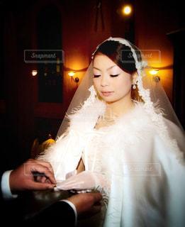 白いドレスを着た人の写真・画像素材[1238918]