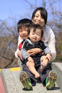 ベンチに座っている少年の写真・画像素材[1248060]