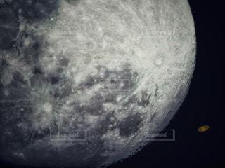 近くに月のアップの写真・画像素材[1277677]