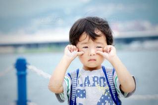 青いシャツを着た男の子の写真・画像素材[1289056]