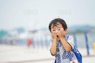携帯電話で話している若い女の子の写真・画像素材[1289063]
