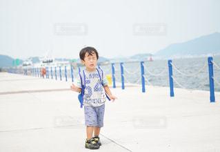 雪の中で立っている少年の写真・画像素材[1326196]