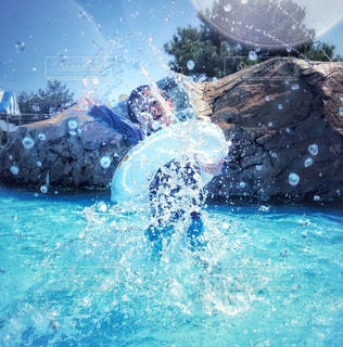 水の中を泳いでいる人の写真・画像素材[1375126]