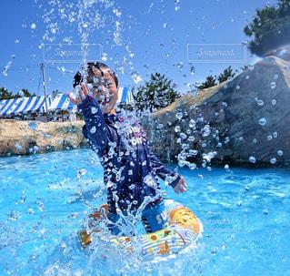 水のプールを泳ぐ人たちのグループの写真・画像素材[1377960]