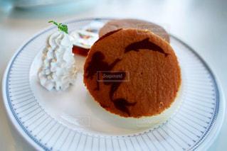 皿の上のケーキの一部の写真・画像素材[1417278]