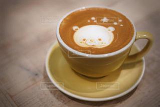 テーブルの上のコーヒー カップの写真・画像素材[1417391]