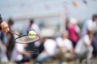 裁判所にラケットを持っている人の写真・画像素材[1526715]
