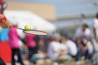 ラケットでボールを打つ人の写真・画像素材[1526716]