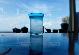 水の体の横に座っている青と白のボートの写真・画像素材[1615281]