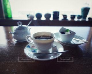 テーブルの上のコーヒー カップの写真・画像素材[1615283]