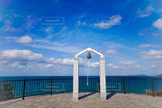 水の体の横に木製の桟橋の写真・画像素材[1622009]