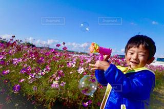 花を持っている人の写真・画像素材[1626051]