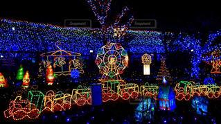 夜ライトアップされたクリスマス ツリーの写真・画像素材[1649532]
