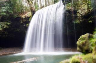 いくつかの水の上の大きな滝の写真・画像素材[1687759]