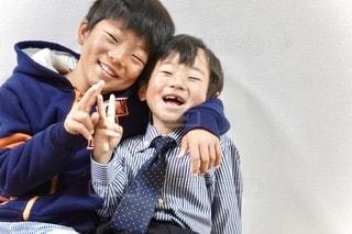 幼い子供が携帯電話で話しているの写真・画像素材[2679997]