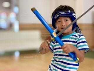 野球のバットを持っている少年の写真・画像素材[2699391]