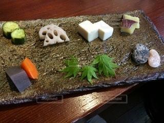 木製のまな板の上の食べ物の写真・画像素材[2699437]