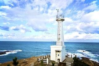 海の隣の水域にある大きな灯台の写真・画像素材[2728820]