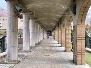 レンガの歩道に看板がある石造りの建物の写真・画像素材[2739790]