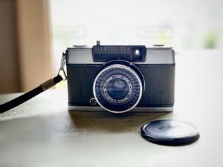 テーブルの上の黒いカメラの写真・画像素材[2833635]