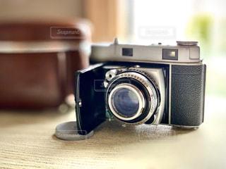 テーブルの上のカメラの写真・画像素材[2833634]