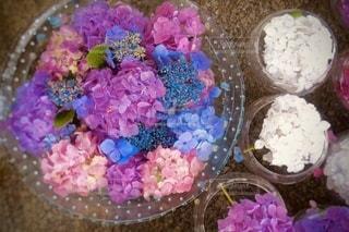 テーブルの上に飾られたケーキの写真・画像素材[3364938]