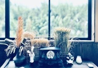 窓の隣のテーブルの上に花瓶の写真・画像素材[3364939]