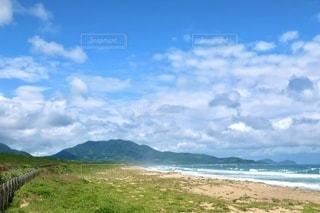 背景に山のある大きな水域の写真・画像素材[3376098]