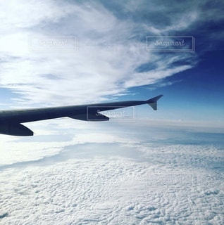 空中を飛んでいる飛行機の写真・画像素材[3397403]