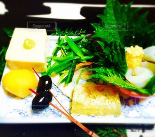テーブルの上に食べ物のプレートの写真・画像素材[1117844]