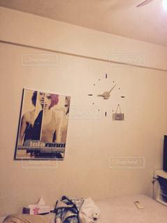 寝室ベッドと部屋の鏡の写真・画像素材[1117963]