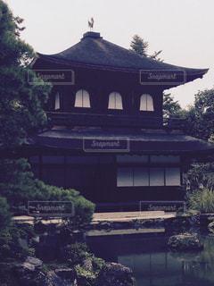 水の体の上の銀閣寺の写真・画像素材[1119016]