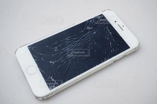 液晶が割れたスマートフォンの写真・画像素材[2909672]