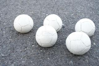 近くにサッカー ボールのアップの写真・画像素材[1118591]