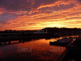 水の体に沈む夕日の写真・画像素材[1126998]